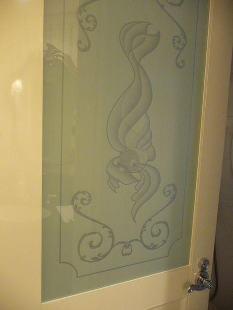 化粧室の左側の扉
