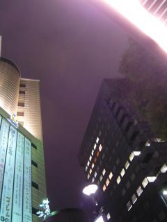 夜の街と空。