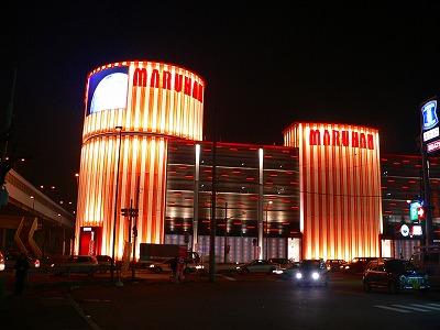写真キャプション=堺の浜寺にその姿を現した「マルハン堺店」の記念すべき夜景