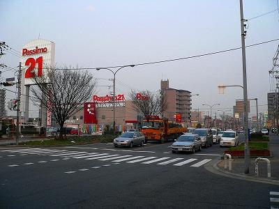 写真キャプション=堺狭山線沿いに出店する「Passimo21」(436台)