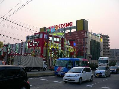写真キャプション=「マルハン堺店」の斜め向かいで営業する巨艦店「SUPER COSMO CITY&ACTY」(1245台)