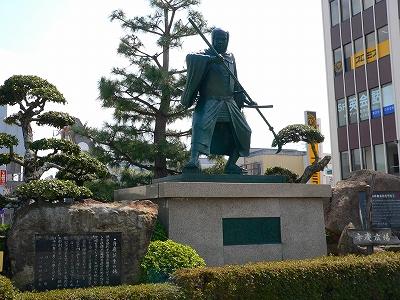 写真キャプション=駅前に立つ田辺が生んだ武蔵坊弁慶の銅像