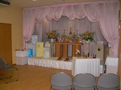 写真キャプション=葬祭センターに設置されたペット用の祭壇