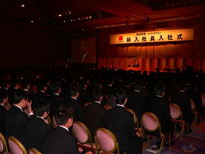 写真キャプション=「グランドプリンスホテル新高輪」の「国際館パミール」に勢揃いした384名の新入社員