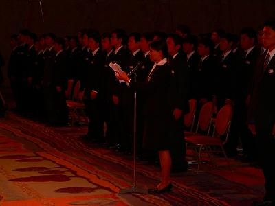写真キャプション=新入社員を代表して「誓いの言葉」を読上げる岡野恭子さん