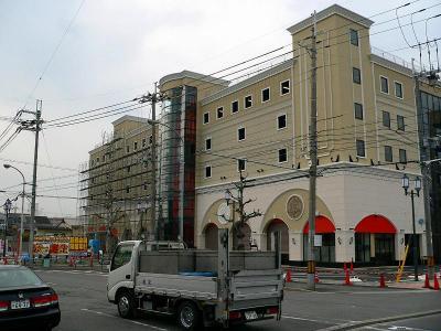 写真キャプション=5月3日にオープンする松原興産の最大店舗「京一七条店」(1840台)