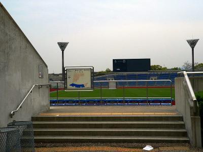 写真キャプション=西京極総合運動公園内にある競技場兼球戯場。京都パープルサンガのホームグランドとして多くのファンに親しまれる