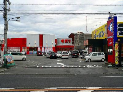 写真キャプション=「マルハン羽曳野店」の斜め前にある「パーラーGET」(600台)