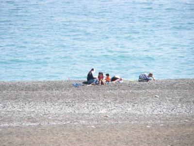 """写真キャプション=「煙樹ヶ浜」でゆったりとくつろぐ""""家族の肖像"""""""
