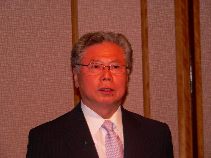 写真キャプション=08年3月期の決算概要や業界動向について説明する鈴木嘉和社長