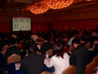 写真キャプション=会社説明会に集まった報道や金融などの関係者
