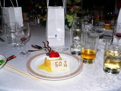 写真キャプション=デザートのケーキにも「50 T」の文字が記された
