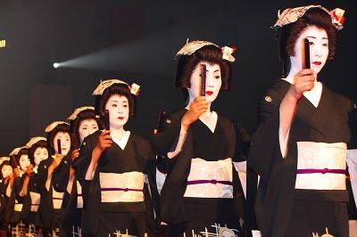 写真キャプション=祇園芸妓手打ちによる懇親会のオープニングパフォーマンス