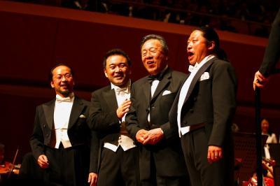 写真キャプション=記念コンサートでアジアの3大テノール歌手と共演する韓会長