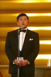 写真キャプション=式典で副社長へ就任する決意を述べる韓俊専務取締役