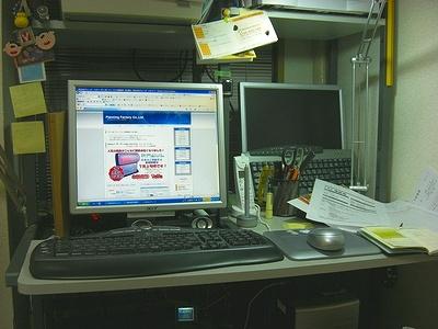 写真キャプション=ナイトウ龍司のパソコン部屋 昼間の仕事を終え寝る間も惜しみ深夜コツコツとPCに向かう姿は不気味さが漂う!