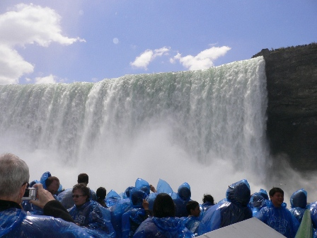 アメリカ側の滝を下からみた状態