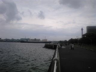 雨ぱらぱらの山下公園