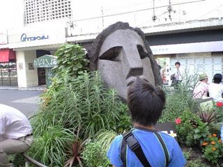 モヤイ像で記念撮影