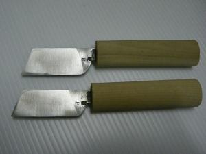 皮裁ち包丁(幅23mmと25mm)、刃の裏の写真