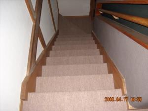 階段パンチカーペット張替後(2Fから)