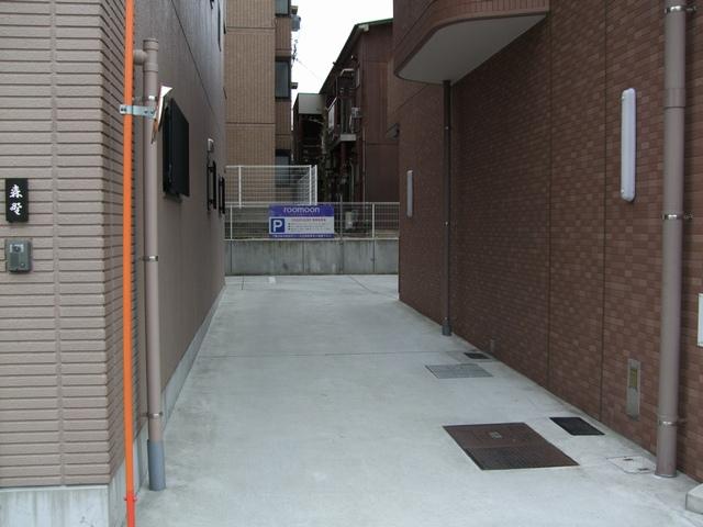 roomoon 駐車場入口