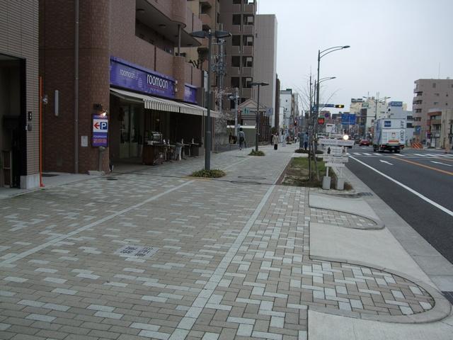 roomoon 店舗前道路