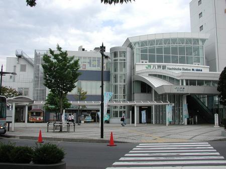 800px-JRE-Aoimoritetsudou_HachinoheStation-East.jpg